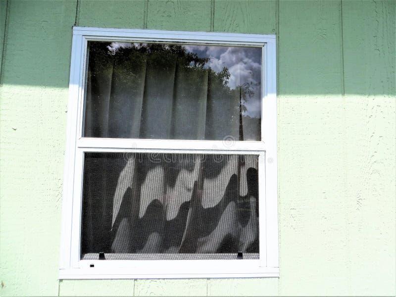 Παράθυρο στο υπόστεγο, μεσημέρι το καλοκαίρι στοκ φωτογραφία
