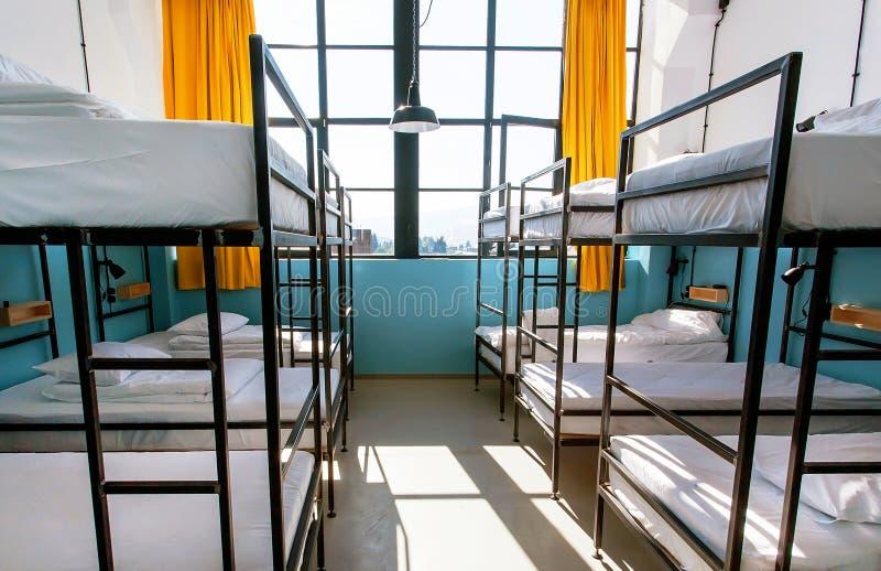Παράθυρο του σπιτιού με πολλά κρεβάτια κουκετών Ελαφριά κρεβατοκάμαρα με τα καθαρά φύλλα στοκ εικόνες