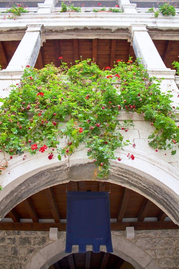 Παράθυρο, loggia, μπαλκόνι στην αρχιτεκτονική κάστρων που καλύπτεται στο λουλούδι στοκ εικόνες