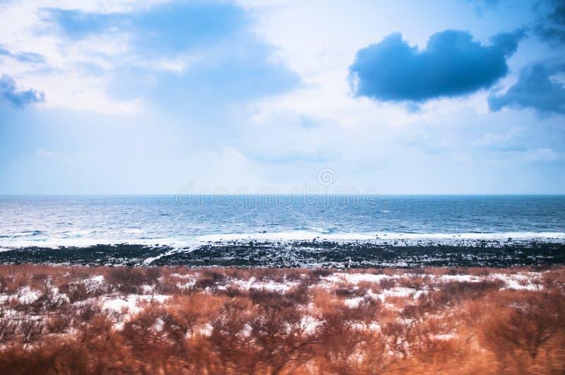 Παράκτια γραμμή ουρανού Akita το χειμώνα, ήρεμη θάλασσα της Ιαπωνίας σε Tohoku Regio στοκ φωτογραφίες με δικαίωμα ελεύθερης χρήσης