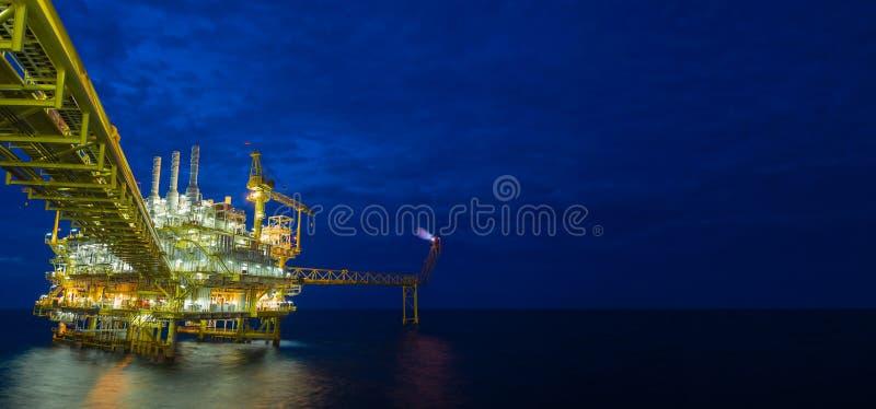 Παράκτια πλατφόρμα επεξεργασίας πετρελαίου και φυσικού αερίου κεντρική στον κόλπο της Ταϊλάνδης στοκ εικόνες