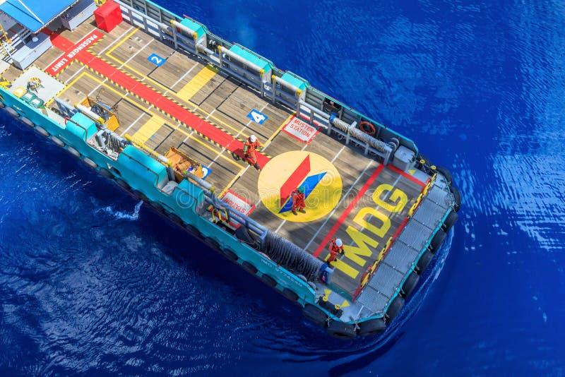 Παράκτια προσέγγιση βαρκών πληρωμάτων πετρελαίου και φυσικού αερίου στην πλατφόρμα για tran στοκ φωτογραφία με δικαίωμα ελεύθερης χρήσης