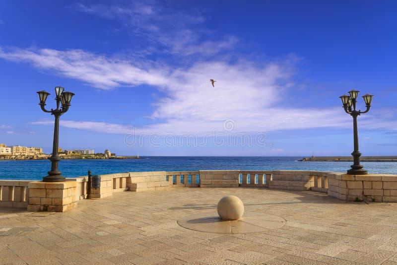 Παράκτιος περίπατος ακτών Salento της πόλης του Οτράντο: άποψη του λιμένα Apulia, Ιταλία στοκ εικόνες