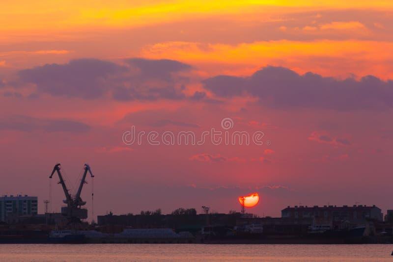 Παράκτιο ηλιοβασίλεμα ποταμών, Αστραχάν, Ρωσία στοκ φωτογραφία με δικαίωμα ελεύθερης χρήσης