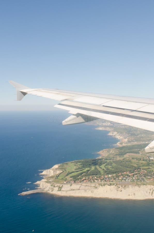 Παράκτιο τοπίο μέσω του παραθύρου ενός αεροπλάνου στοκ εικόνα