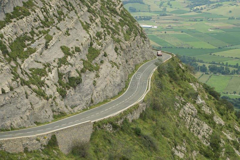 Παράκτιο τοπίο με οδικό serpentine με το αυτοκίνητο στοκ φωτογραφία με δικαίωμα ελεύθερης χρήσης