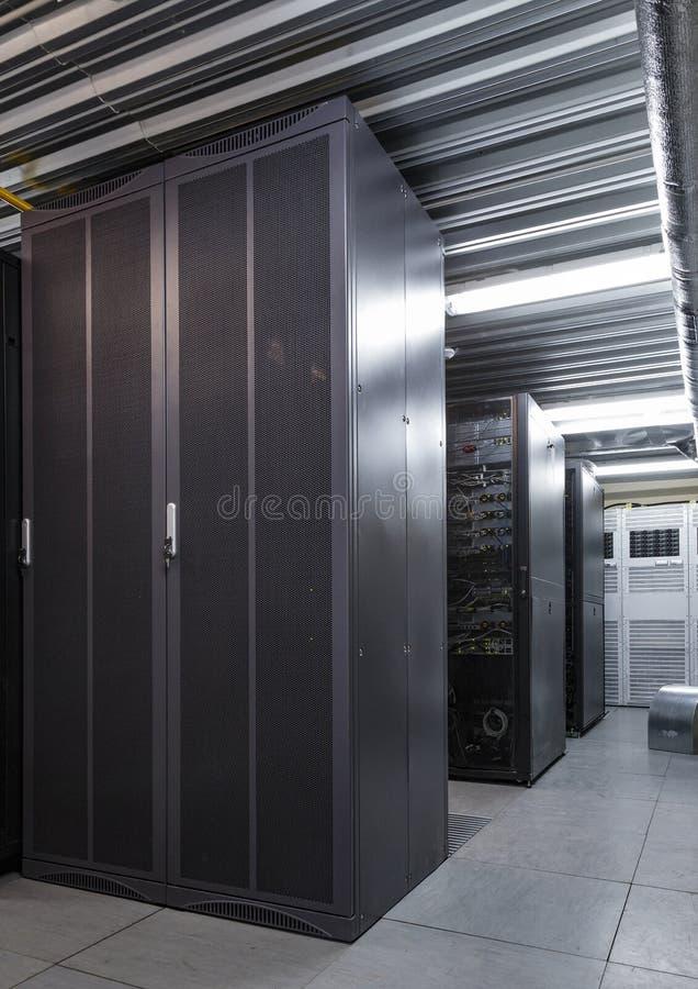 Παράλληλες σειρές των ραφιών κεντρικών υπολογιστών στο datacenter, συστάδες υπερυπολογιστών στο δωμάτιο στοκ φωτογραφία
