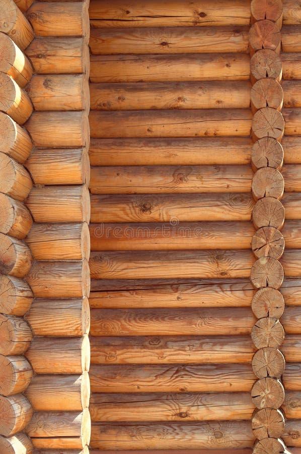 Παράλληλη διπλωμένη αντιμετωπισμένη ξυλεία σύστασης Αρχαία οικοδόμηση τεχνολογίας της ρωσικής καλύβας κούτσουρων, των ξύλινων εξο στοκ εικόνες