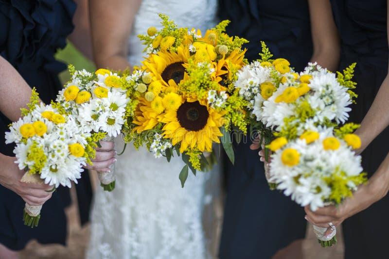 Παράνυμφοι που κρατούν τα λουλούδια στοκ φωτογραφίες