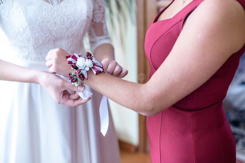 Παράνυμφος μπουτονιέρων φορεμάτων νυφών σε διαθεσιμότητα στοκ εικόνα με δικαίωμα ελεύθερης χρήσης