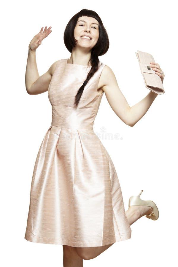 Παράνυμφος που φορά το ρόδινο χαμόγελο φορεμάτων στοκ εικόνα