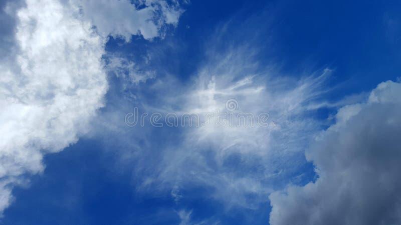 Παράξενη μορφή του σύννεφου στο μπλε ουρανό στοκ εικόνα