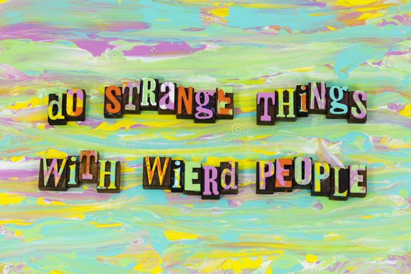 Παράξενη πραγμάτων παράξενη ανθρώπων πηγή τυπογραφίας ευτυχίας δημιο διανυσματική απεικόνιση