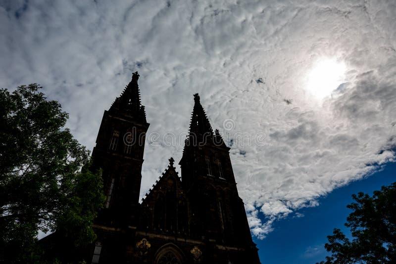 Παράξενοι θερινός ουρανός και σκιαγραφία καθεδρικών ναών, Πράγα στοκ εικόνες με δικαίωμα ελεύθερης χρήσης