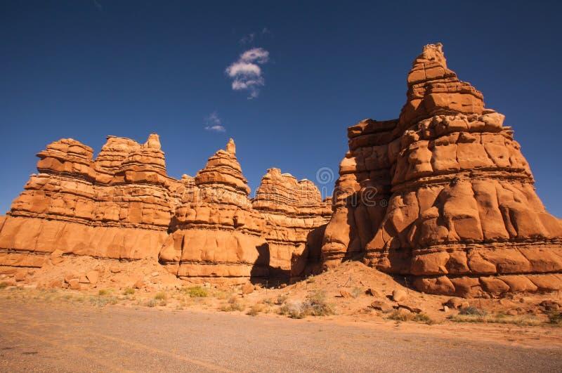 Παράξενοι σχηματισμοί βράχου στη διαδρομή 24, κομητεία του Wayne ut στοκ εικόνα με δικαίωμα ελεύθερης χρήσης