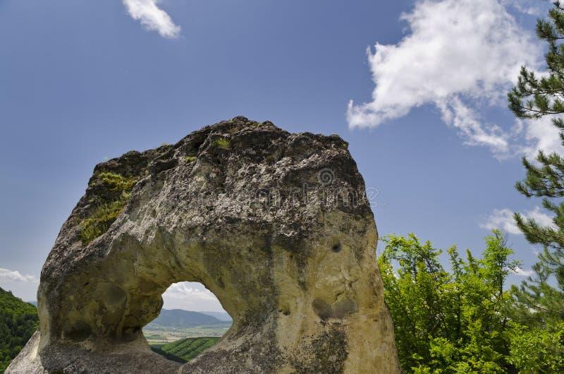 Παράξενος σχηματισμός βράχου κοντά στην πόλη Shumen, Βουλγαρία, που ονομάζεται Okoto στοκ φωτογραφία