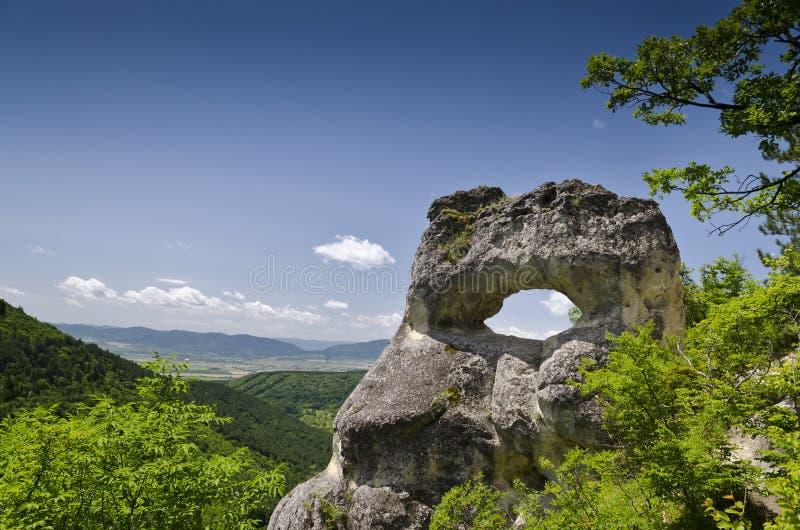 Παράξενος σχηματισμός βράχου κοντά στην πόλη Shumen, Βουλγαρία, που ονομάζεται Okoto στοκ εικόνες με δικαίωμα ελεύθερης χρήσης