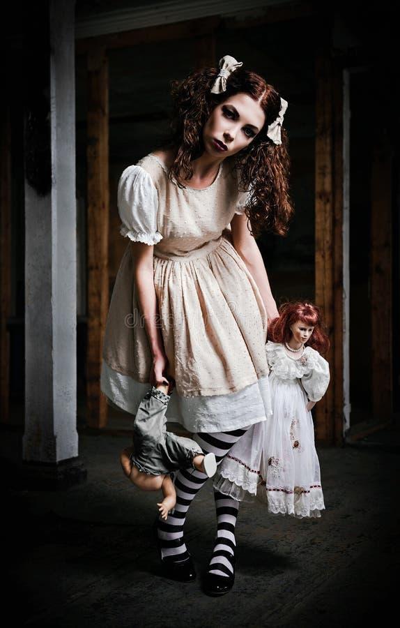 Παράξενο τρομακτικό κορίτσι με τις κούκλες στα χέρια στοκ φωτογραφίες με δικαίωμα ελεύθερης χρήσης