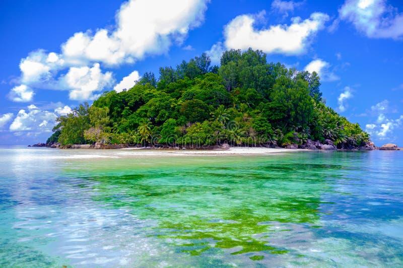 Παράδεισος - νησί των Σεϋχελλών - άποψη από τη θάλασσα στοκ εικόνες