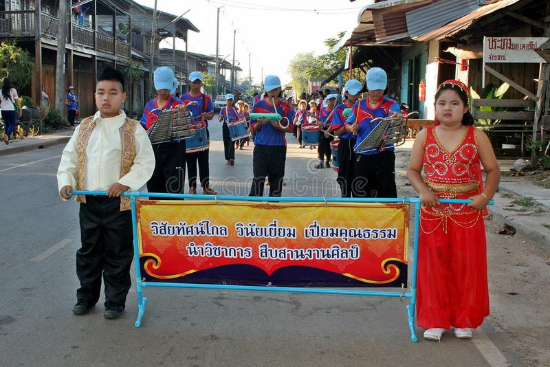 Παρέλαση στην αθλητική ημέρα των αρχικών σπουδαστών στοκ φωτογραφία