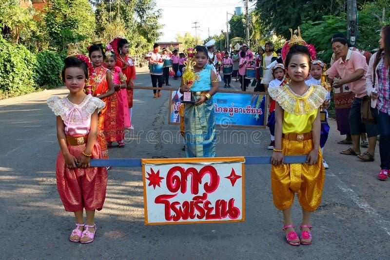Παρέλαση στην αθλητική ημέρα των αρχικών σπουδαστών στοκ φωτογραφία με δικαίωμα ελεύθερης χρήσης