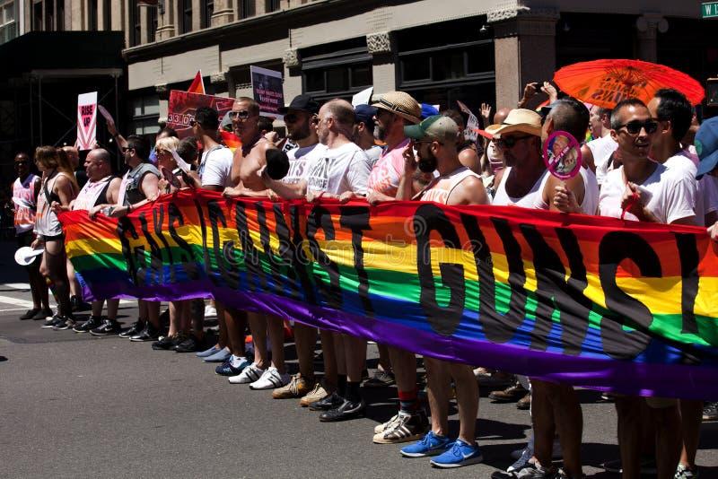 Παρέλαση υπερηφάνειας πόλεων της Νέας Υόρκης - ομοφυλόφιλοι ενάντια στα πυροβόλα όπλα στοκ φωτογραφία