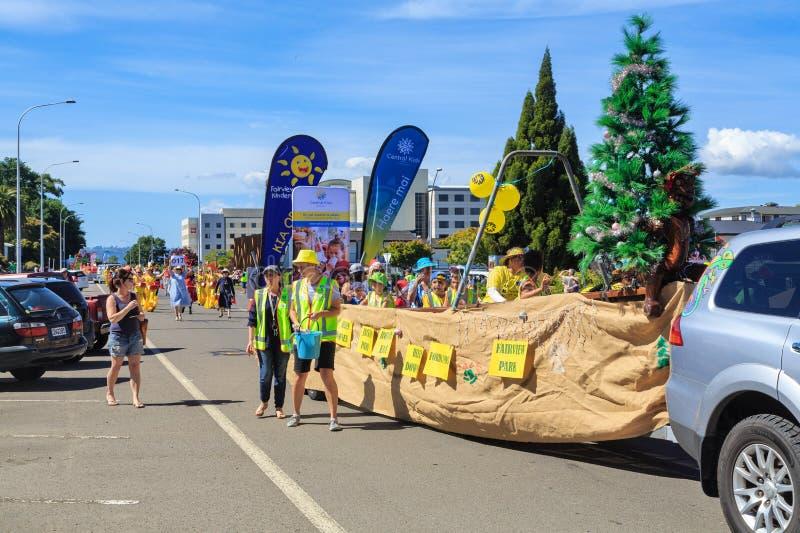 Παρέλαση Χριστουγέννων σε Rotorua, Νέα Ζηλανδία Παιδιά παιδικών σταθμών στο κανό waka στοκ εικόνες
