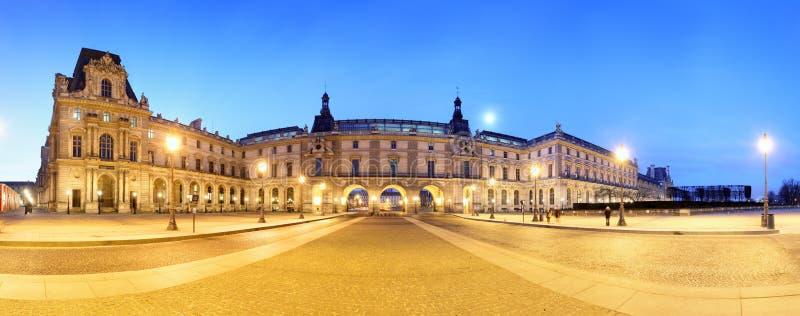 Παρίσι - γέφυρα βασιλική και παλάτι του Λούβρου στοκ φωτογραφίες