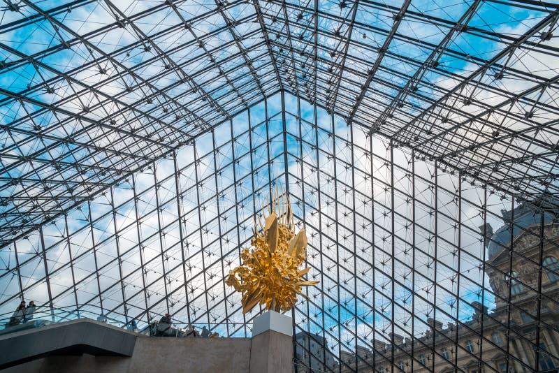Παρίσι, Γαλλία - 17 01 2019: Το εσωτερικό της πυραμίδας του Λούβρου, η δομή πυραμίδων κατασκευάστηκε από Nicolet Chartrand το λόφ στοκ εικόνες με δικαίωμα ελεύθερης χρήσης