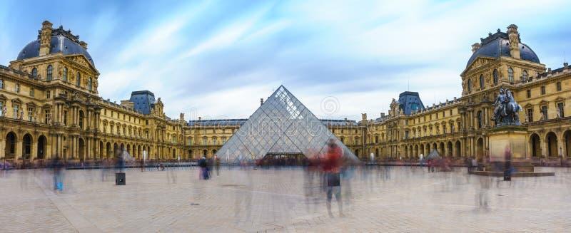 Παρίσι, Γαλλία - 1 Μαΐου 2017: Πανοραμική άποψη του μουσείου του Λούβρου στοκ εικόνες