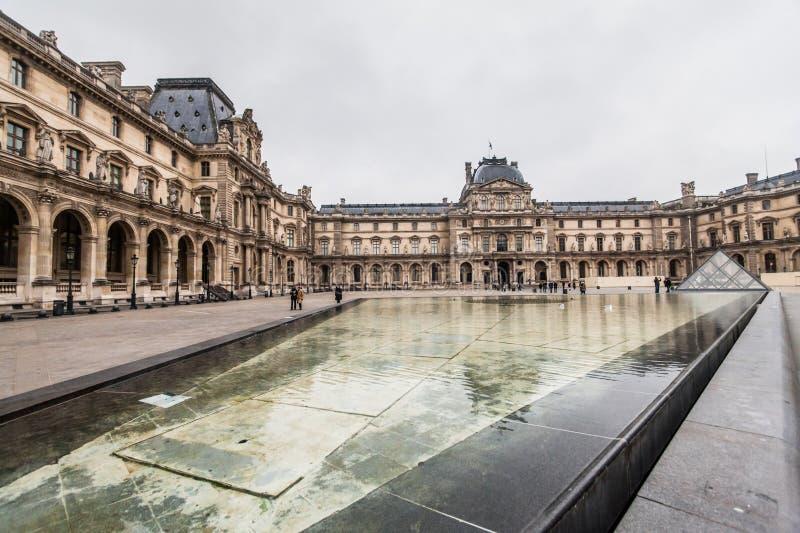 Παρίσι Γαλλία, το Νοέμβριο του 2014: Διακοπές στη Γαλλία - το Λούβρο κατά τη διάρκεια των χειμερινών Χριστουγέννων στοκ εικόνα