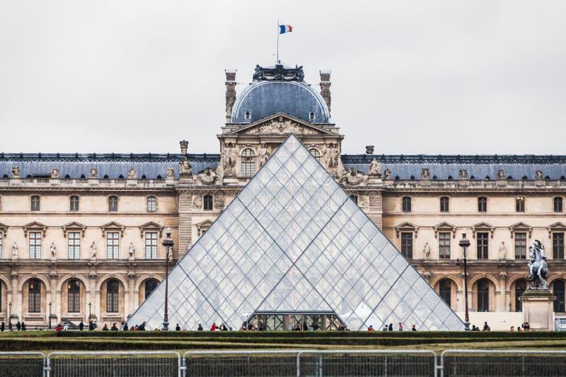 Παρίσι Γαλλία, το Νοέμβριο του 2014: Διακοπές στη Γαλλία - το Λούβρο κατά τη διάρκεια των χειμερινών Χριστουγέννων στοκ φωτογραφία με δικαίωμα ελεύθερης χρήσης