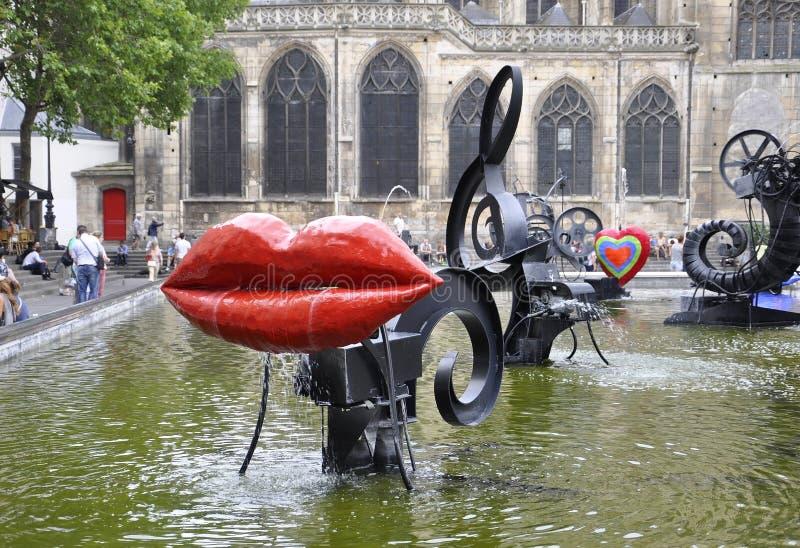 Παρίσι, στις 20 Ιουλίου: Κοντινό κέντρο του Πομπιντού πηγών Stravinsky από το Παρίσι στη Γαλλία στοκ εικόνες