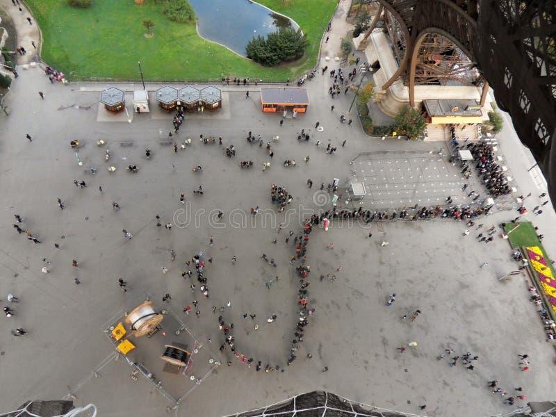 Παρίσι - υπόλοιπος κόσμος των τουριστών στον πύργο του Άιφελ στοκ φωτογραφίες με δικαίωμα ελεύθερης χρήσης