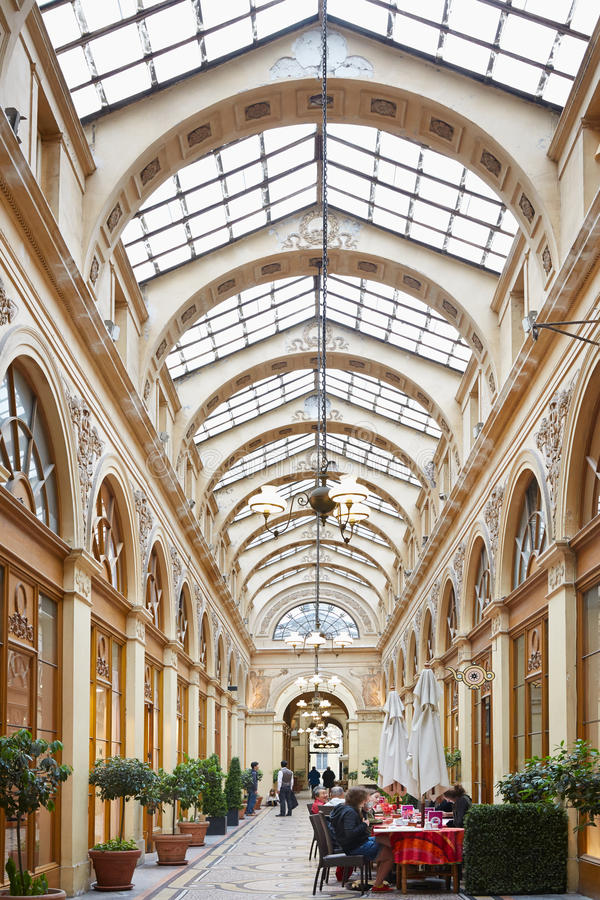 Παρίσι, Galerie Vivienne με τον παλαιό καφέ στοκ φωτογραφία