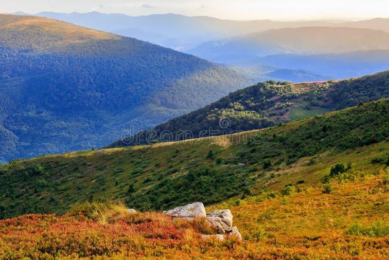 Παραίσθηση χρώματος φθινοπώρου στο τοπίο βουνών από το φως του ήλιου στοκ φωτογραφίες