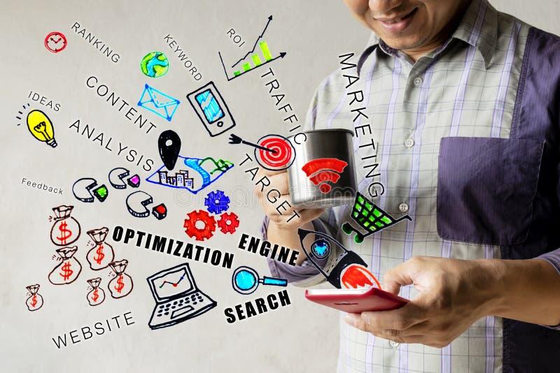 παραγμένο seo εικόνας υπολογιστών έννοια Άτομα που είναι πόσιμο νερό με τη χαλάρωση Βρείτε τις πληροφορίες για το smartphone του  στοκ φωτογραφίες με δικαίωμα ελεύθερης χρήσης