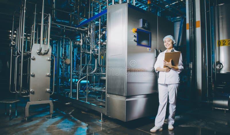 Παραγωγή εργοστασίων γάλακτος στοκ εικόνα με δικαίωμα ελεύθερης χρήσης