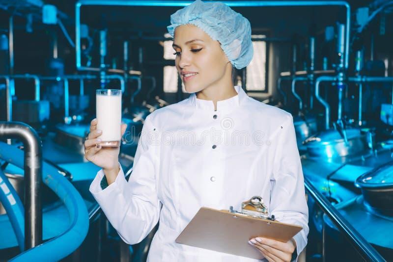 Παραγωγή εργοστασίων γάλακτος στοκ φωτογραφίες