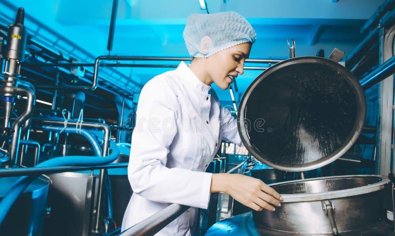 Παραγωγή εργοστασίων γάλακτος στοκ εικόνες