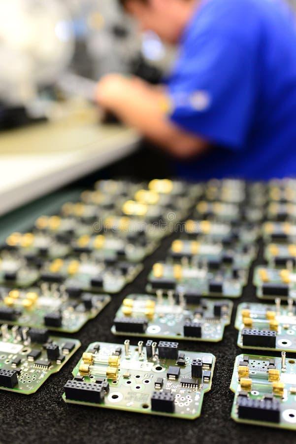 Παραγωγή και συνέλευση της μικροηλεκτρονικής σε ένα εργοστάσιο υψηλής τεχνολογίας στοκ φωτογραφίες με δικαίωμα ελεύθερης χρήσης