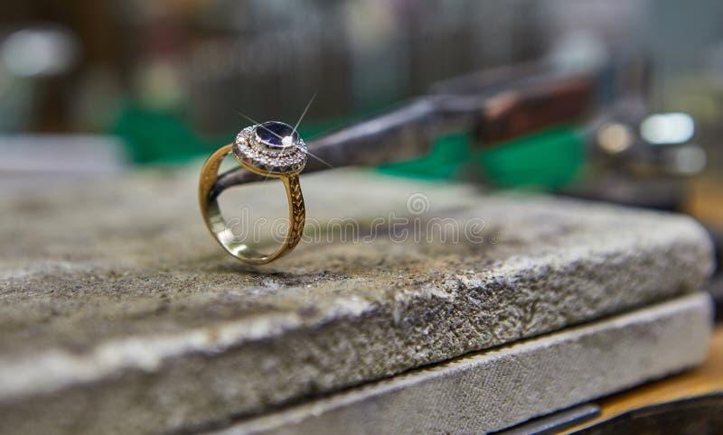Παραγωγή κοσμήματος Το jeweler κάνει ένα χρυσό δαχτυλίδι στοκ εικόνα με δικαίωμα ελεύθερης χρήσης