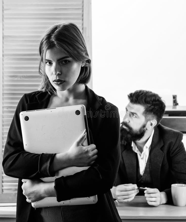 Παραγωγή της σταδιοδρομίας στο αρσενικό γραφείο λεσχών Γυναίκα που εργάζεται στο συνήθως αρσενικό εργασιακό χώρο Ελκυστική συνεργ στοκ εικόνα