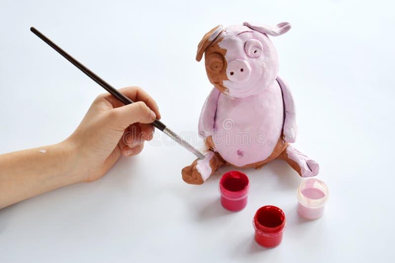 Παραγωγή του παιχνιδιού αργίλου Χοίρος ζωγραφικής με την γκουας Δημιουργικός ελεύθερος χρόνος για τα παιδιά Ενισχυτική δημιουργικ στοκ εικόνες με δικαίωμα ελεύθερης χρήσης