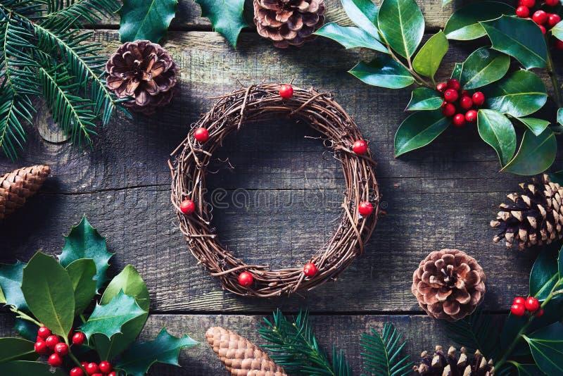 Παραγωγή του στεφανιού Χριστουγέννων που χρησιμοποιεί τα φρέσκα και όλα φυσικά υλικά στοκ εικόνες με δικαίωμα ελεύθερης χρήσης