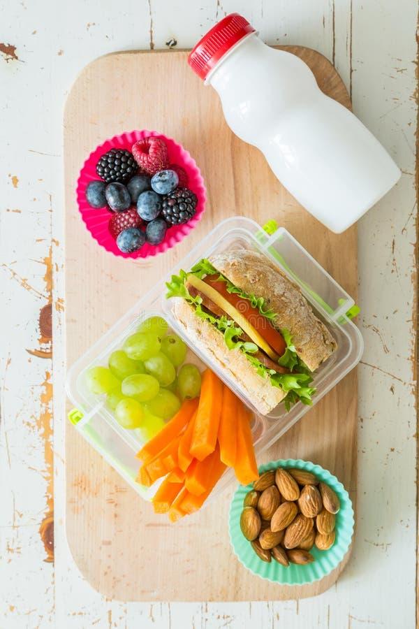 Παραγωγή του σχολικού μεσημεριανού γεύματος στο ξύλινο υπόβαθρο στοκ φωτογραφίες