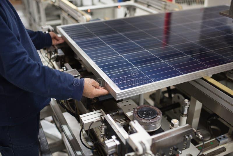 Παραγωγή των ηλιακών πλαισίων, άτομο που εργάζονται στο εργοστάσιο στοκ φωτογραφίες με δικαίωμα ελεύθερης χρήσης