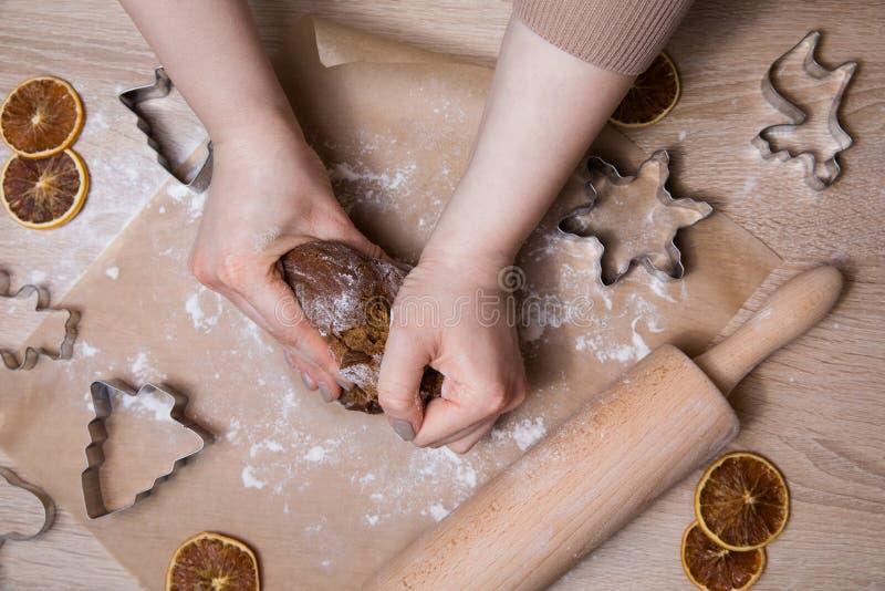 Παραγωγή των μπισκότων μελοψωμάτων Χριστουγέννων, της κοπής μπισκότων και του κυλίσματος στοκ εικόνα