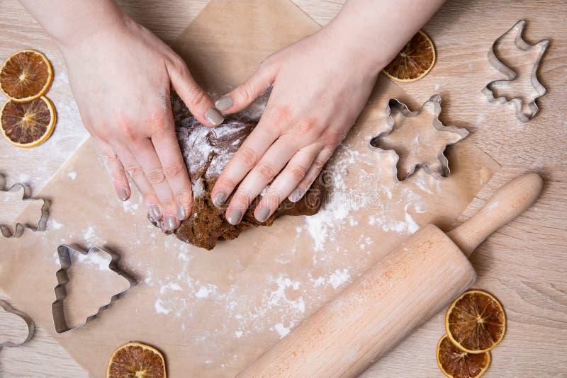 Παραγωγή των μπισκότων μελοψωμάτων Χριστουγέννων, της κοπής μπισκότων και του κυλίσματος στοκ φωτογραφία με δικαίωμα ελεύθερης χρήσης