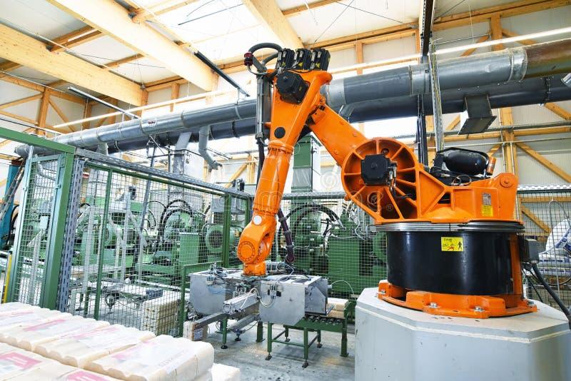 Παραγωγή των ξύλινων σβόλων σε ένα ξύλινο εργοστάσιο επεξεργασίας και sawm στοκ εικόνες με δικαίωμα ελεύθερης χρήσης